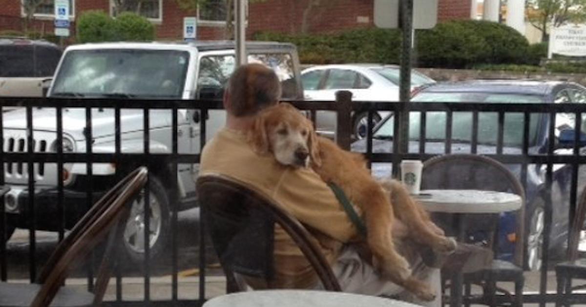 Zdjęcie mężczyzny z psem obiegło cały świat. Kryje się za nim poruszająca scena