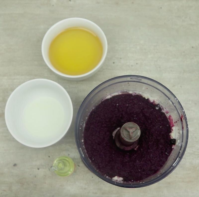 Do masła kokosowego dodaj jagody i ponownie zmiksuj.