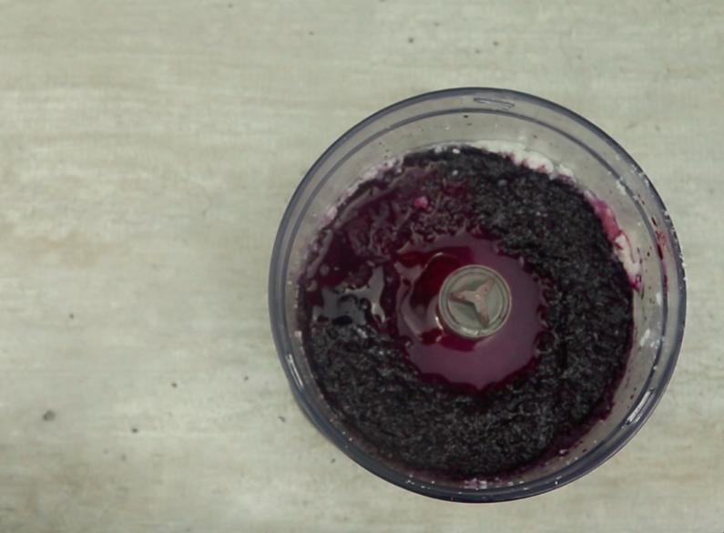 Do powstałej masy dodaj także miód, sok z cytryny i olejek waniliowy. Miksuj tak długo, aż składniki dobrze się ze sobą połączą.
