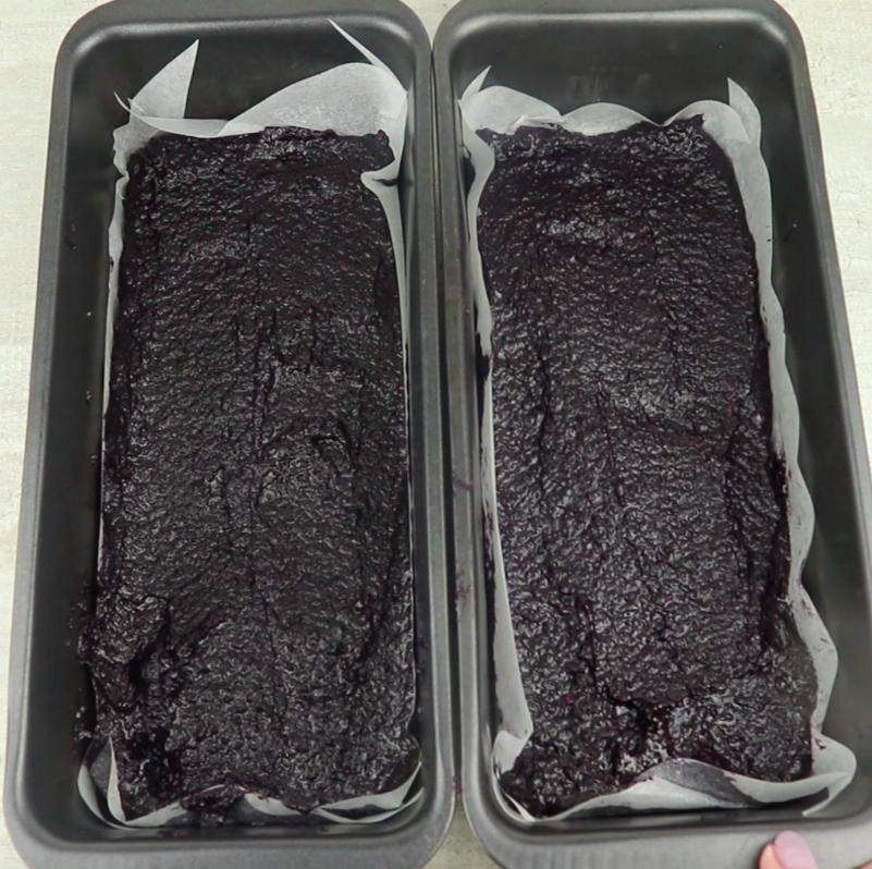Powstałą masę cienko i równomiernie rozsmaruj na blaszce, wyłożonej papierem do pieczenia. Włóż do zamrażarki na godzinę.