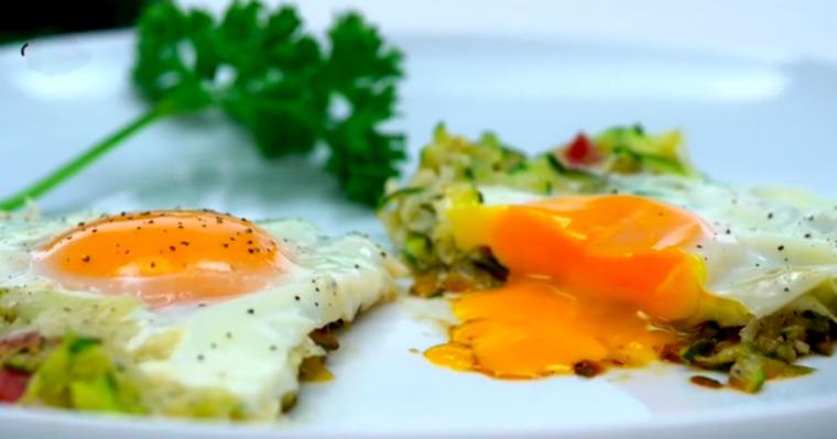 Jajka sadzone z cukinią i bekonem sprawią, że zjesz jedno z najlepszych śniadań w swoim życiu!