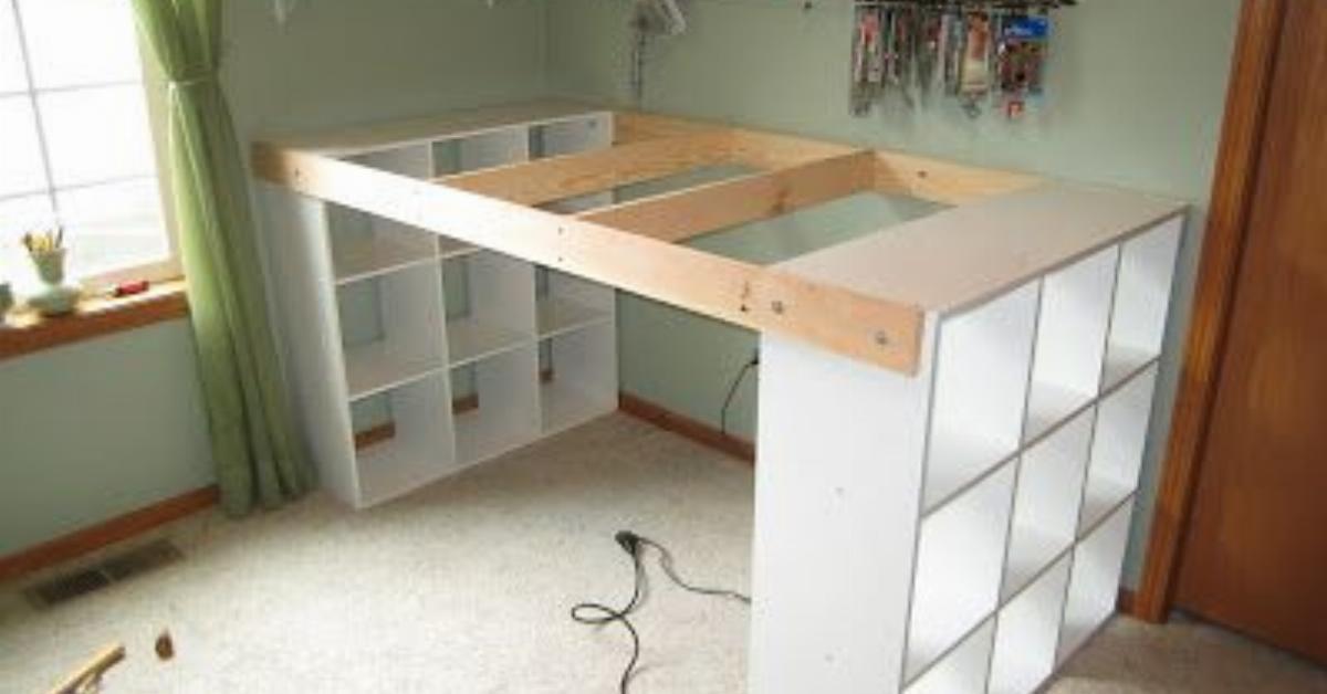 3 regały połączył za pomocą długiego blatu. Z kombinacji tych kilku elementów powstało ogromne biurko!