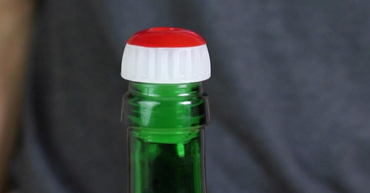 Czerwona zatyczka w korku od szampana  ma ukryte zastosowanie. Wiesz do czego służy?