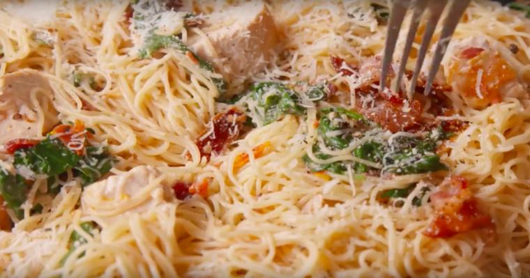 Wyśmienite spaghetti z bekonem, szpinakiem, pomidorem i parmezanem. Idealny pomysł na obiad!