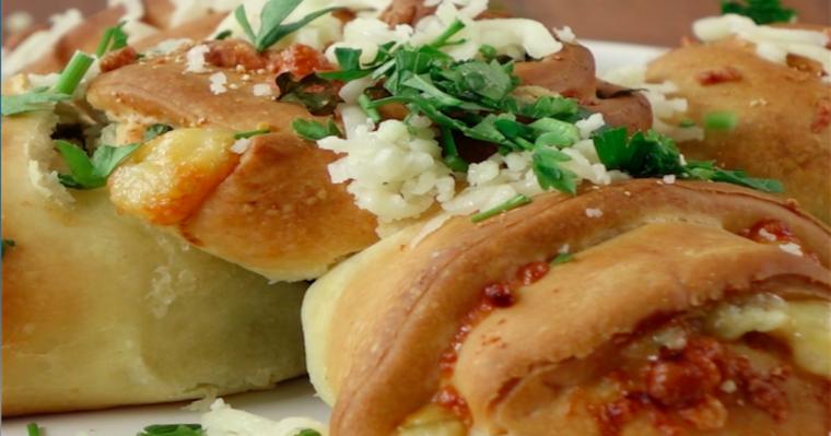 Pyszne różane bułeczki z serem i pietruszką. Wyglądają zjawiskowo, ale ich smak przebija wszystko…