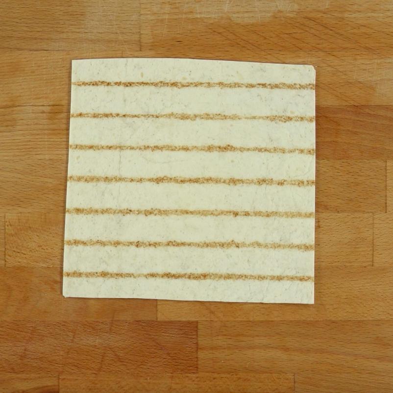 Z każdego placka tortilli wytnij kwadrat. W tym celu, najpierw odetnij jej boki, a następnie górę.