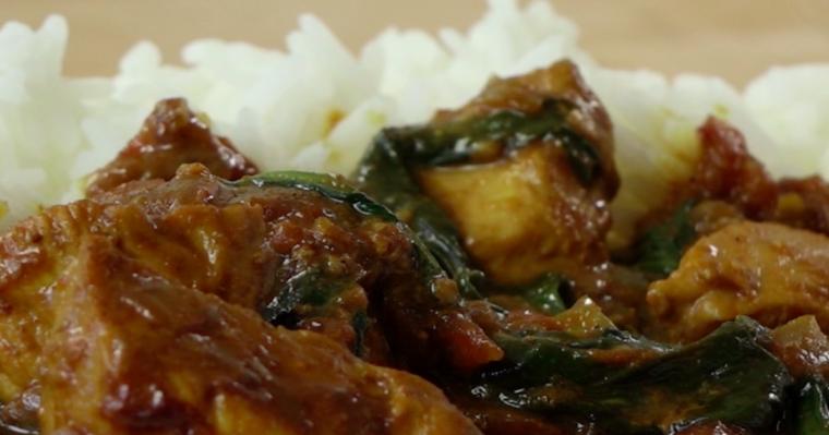 Curry z kurczakiem i mleczkiem kokosowym, podawane z ryżem – pyszne i aromatyczne danie