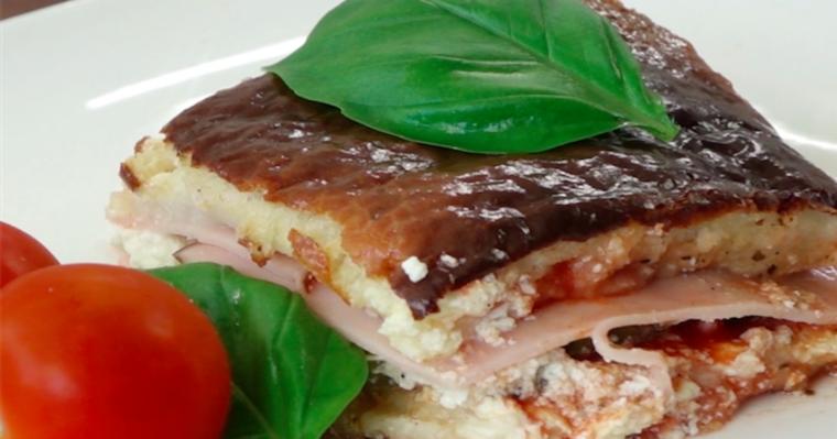 Zapiekane kanapki z papryką, serem feta, szynką i sosem pomidorowym