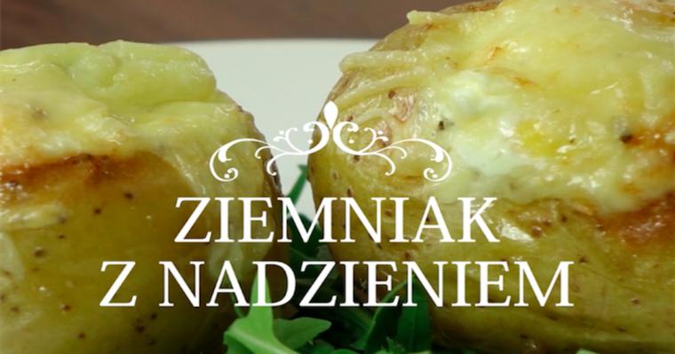 Pieczony ziemniak z boczkiem, śmietaną, jajkiem i żółtym serem. Pycha!