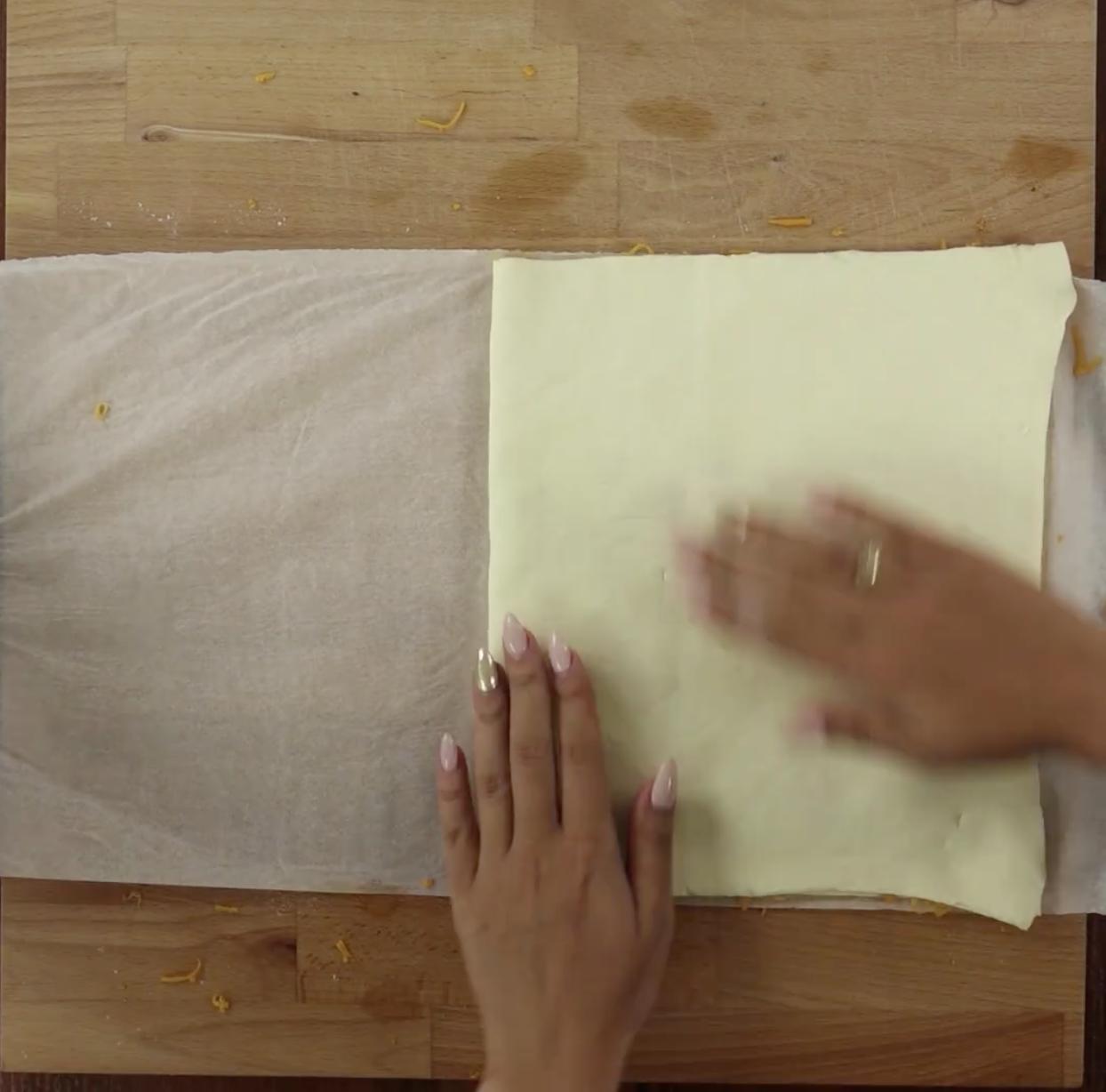 Złóż ciasto na pół i delikatnie je dociśnij.