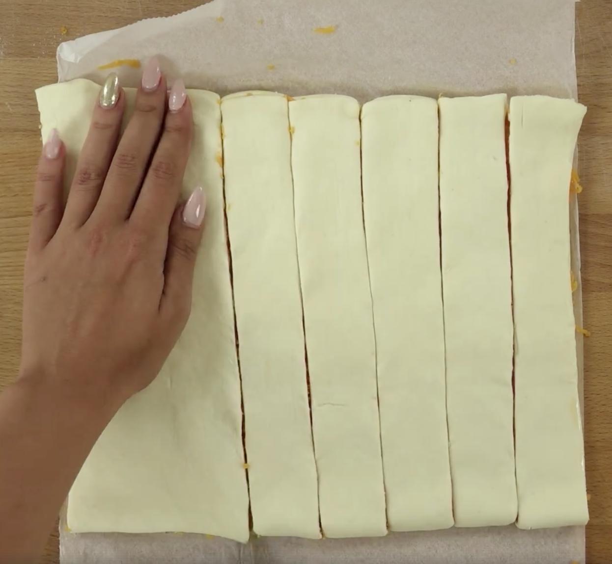 Powstały kawałek ciasta przekrój na ok. 8 pasków.