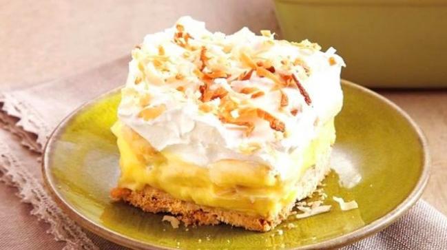 Po 2 godzinach możesz wyjąć blaszkę z lodówki i pokroić ciasto na kawałki. Smacznego!