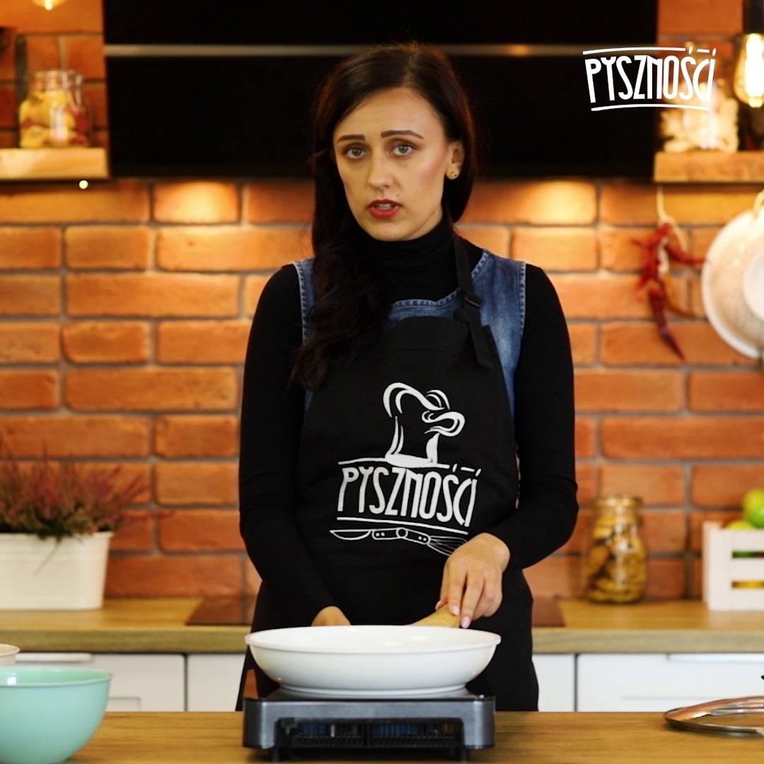 Następnie przygotuj patelnię, ponieważ w trakcie przygotowywania omletu powinna być ona w pełni nagrzana. Dlatego zanim weźmiesz się za ubijanie białek, umieść na patelni masło i pozwól się nagrzać urządzeniu.