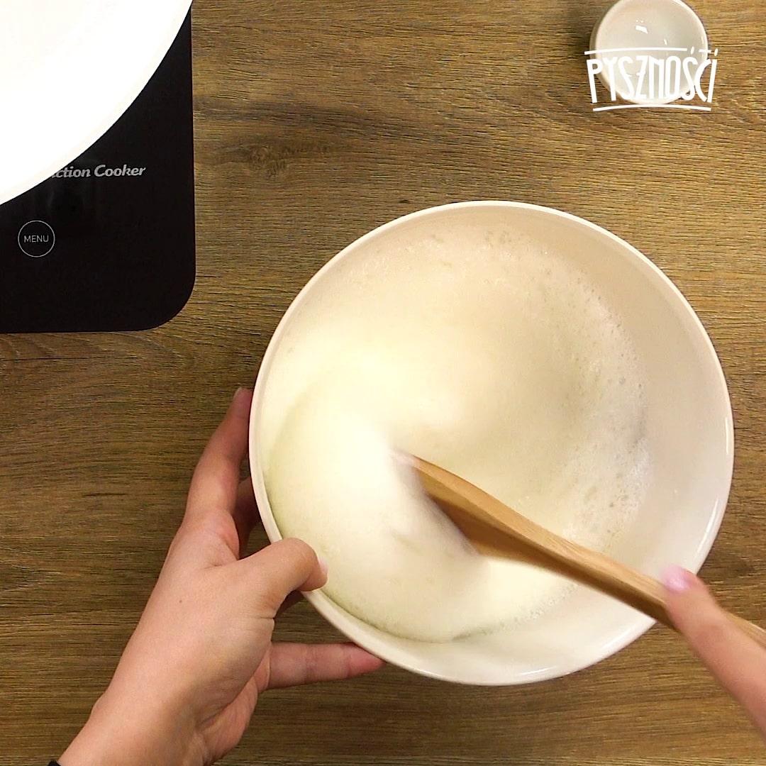 Połącz delikatnie żółtka i ubite białka. Na tym etapie pomocna okaże się drewniana łyżka.