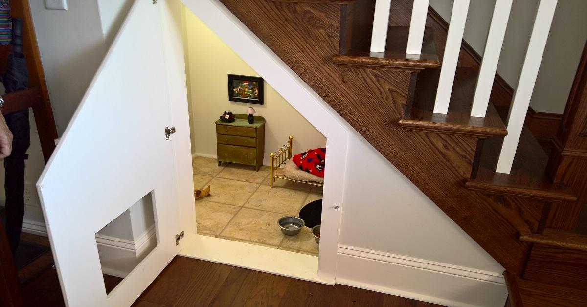 Wykorzystała pomieszczenie pod schodami, którego nie używała. Zamieniła je w raj dla psa