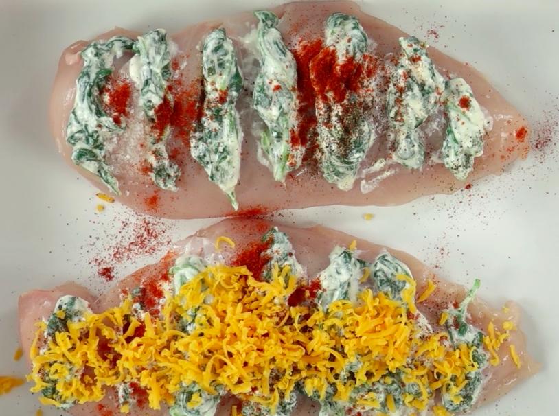 Każdą pierś posyp z wierzchu startym serem cheddar. Włóż naczynie do piekarnika rozgrzanego do 200 °C i piecz przez 25 minut.