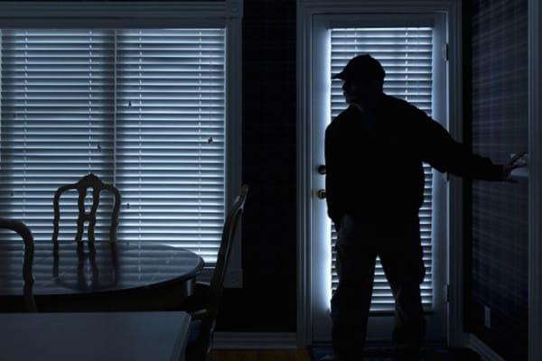 W środku nocy zadzwonił na policję. Zgłosił, że w jego domu przebywa intruz