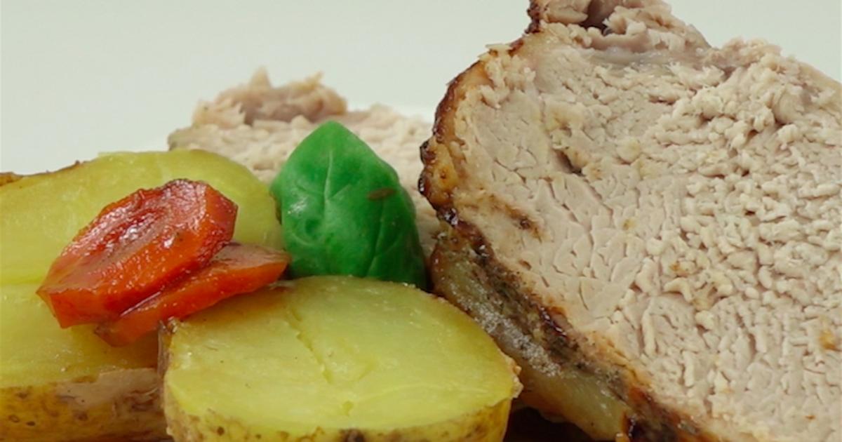 Pieczeń wieprzowa z jabłkami, ziemniakami i marchewką w aromatycznej marynacie