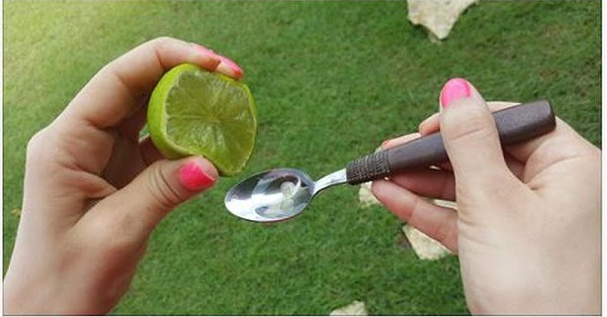 Wycisnęła na łyżkę limonkę i połączyła z oliwą. Gdy poznasz powód, już zawsze będziesz tego używać!