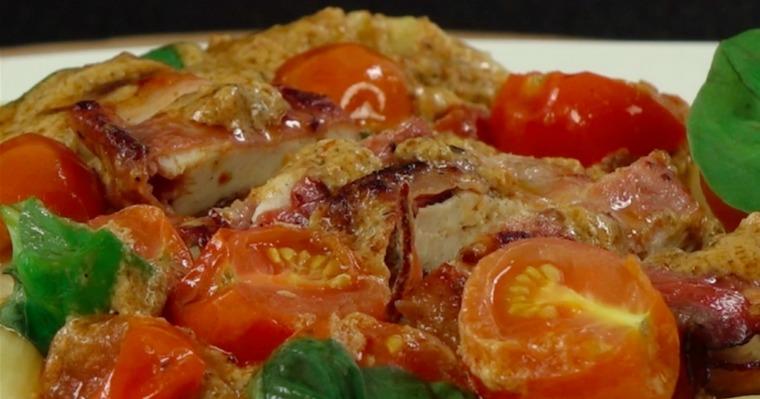 Pierś z kurczaka w szynce parmeńskiej z czerwonym pesto, pomidorkami i bazylią