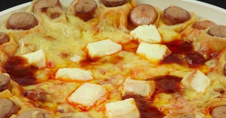Pyszna zapiekanka z parówkami w cieście, papryką, mięsem mielonym, sosem pomidorowym i serem