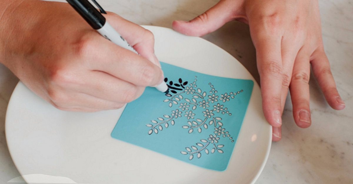 Zaczęła rysować markerem po talerzu. Gdy ściągnęła karteczkę, wszyscy byli zachwyceni jej pomysłem!