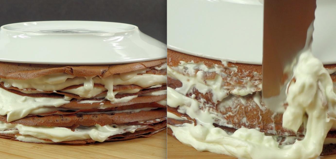 Teraz zajmiemy się przygotowaniem kremu. W tym celu ubij śmietankę 30 %, a następnie stopniowo dodawaj serek mascarpone i 1/2 szklanki cukru pudru. Ułóż górę z naleśników, każdego z nich przekładając przygotowanym kremem. Następnie dociśnij tort talerzem i pozbądź się kremu z jego boków.