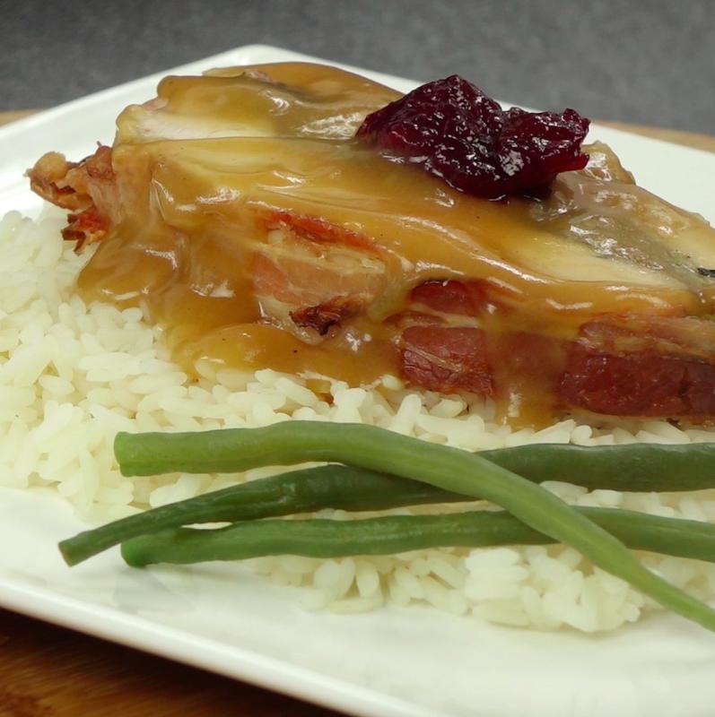 Plastry indyka przełóż na talerze. Podawaj z sosem pieczeniowym i żurawiną do mięs i wędlin.