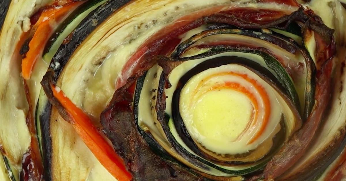 Pyszna tarta z warzywami, szynką szwarcwaldzką i mozzarellą