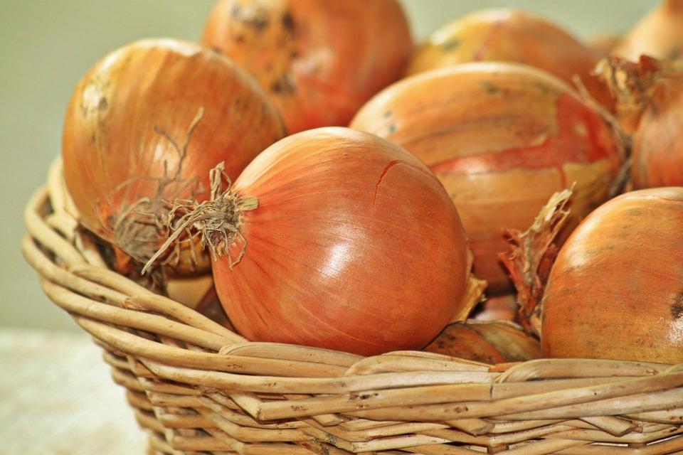 Już nigdy nie wyrzucisz łupiny cebuli. 8 ciekawych zastosowań, do których możesz ją wykorzystać