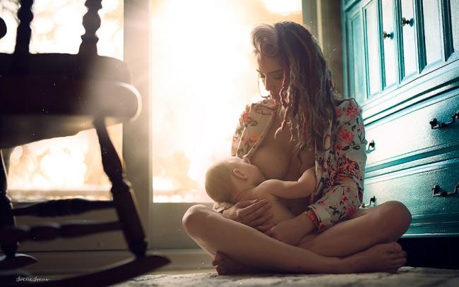 Fotografka uwiecznia na zdjęciach mamy karmiące piersią, by pokazać piękno i naturalność tego czynu