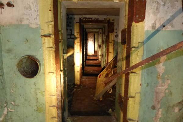 Mijali ciężkie drzwi, które wyglądały jak wejście do krypty.