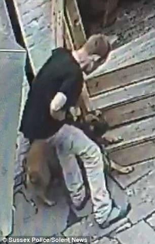 Przyszedł do pubu ze swoim psem, a po chwili zaczął się nad nim znęcać. Uderzył go ponad 40 razy!
