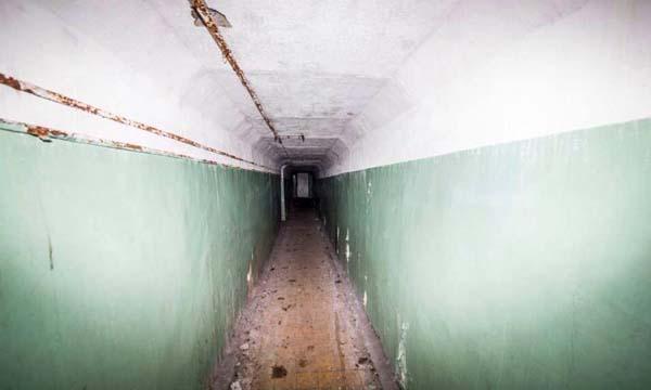 Gdy weszli do środka, rzucił im się w oczy długi, szpitalny korytarz.