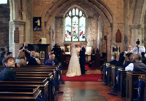 Pan Młody przerywa ślub i prosi Pannę Młodą, aby się odwróciła. Ta nagle zaczyna płakać