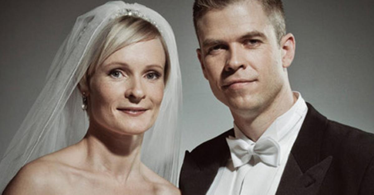 Wygląda jak zwyczajne, ślubne zdjęcie. Prawda okazuje się być porażająca!