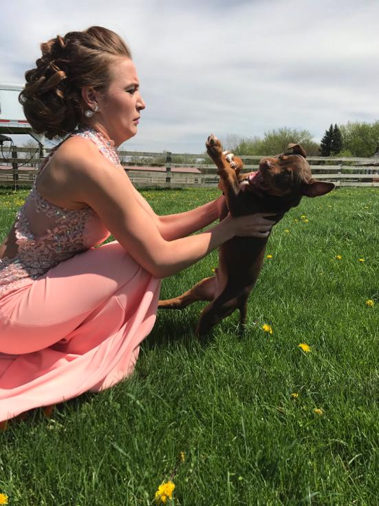 Chciała zrobić sobie urocze zdjęcie ze szczeniakiem. Maluch miał jednak zupełnie inne plany