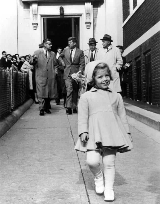 Mała Caroline Kennedy. Jej tata niósł jej ulubioną lalkę.