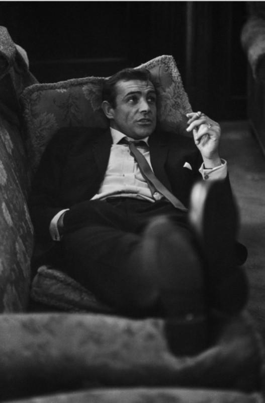 Sean Connery pali cygaro.