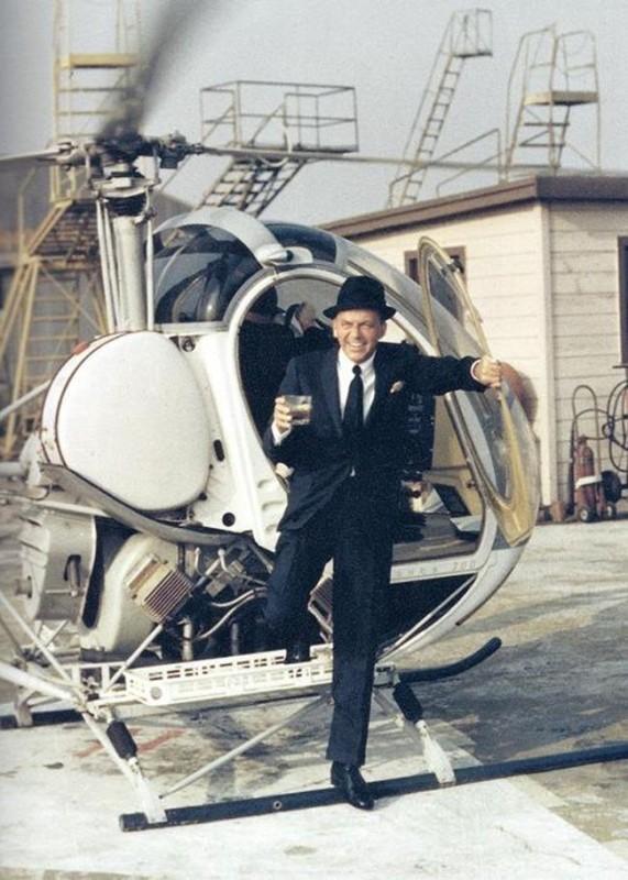 Frank Sinatra po wylądowaniu z drinkiem w ręku.