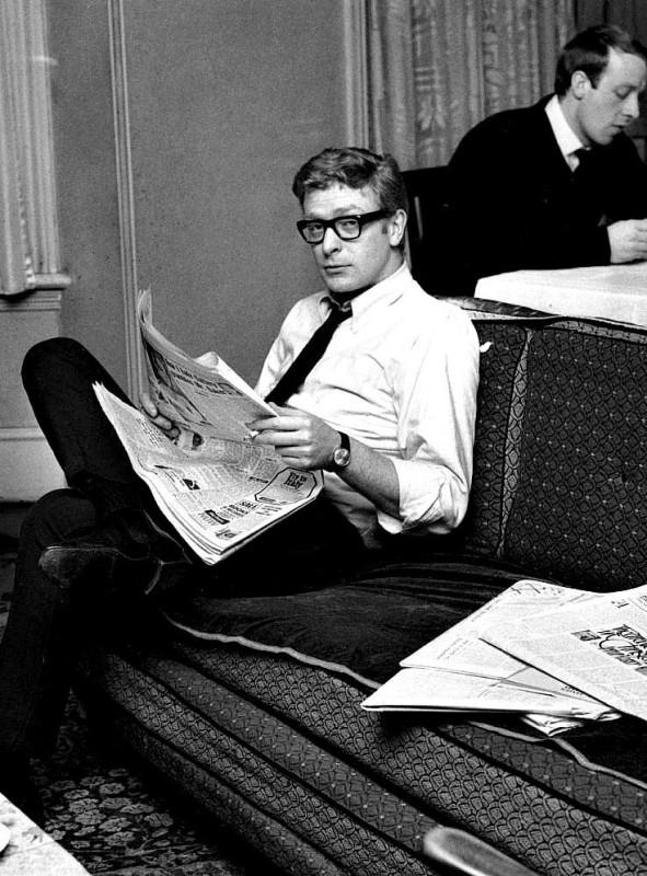 Młody Michael Caine przegląda poranną prasę.