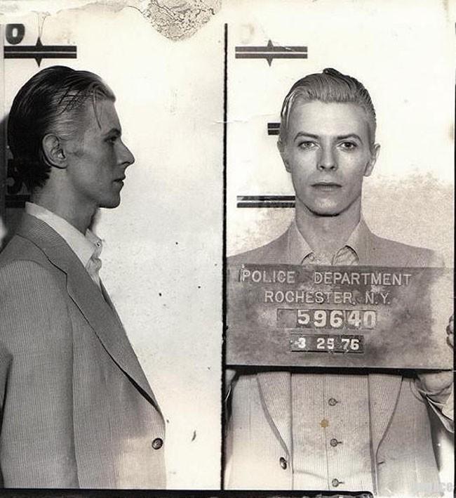 David Bowie na celowniku wymiaru sprawiedliwości (za rzekome posiadanie narkotyków).
