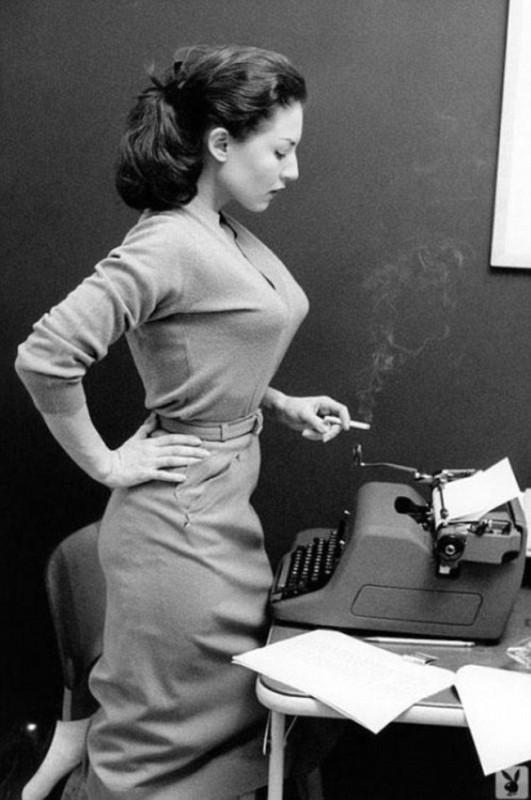 W biurze z papierosem. Dziś nie do pomyślenia.