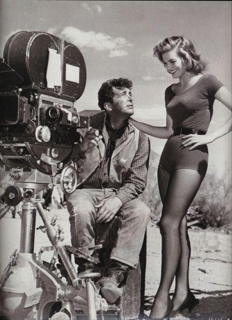 "Dean Martin i Angie Dickinson na planie ""Rio Bravo""."