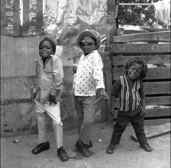 Malli gangsterzy na ulicach Kingston na Jamajce.