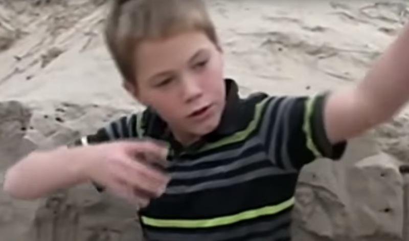 11-latek bawił się w piasku, gdy nagle poczuł, że pod jego dłońmi znajduje się czyjeś ciało
