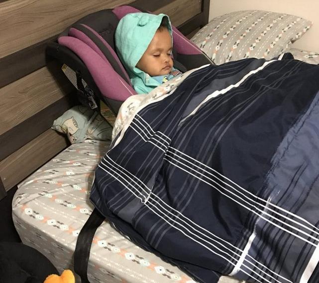 Tata słuchając mamy, położył córkę spać. Gdy kobieta weszła do sypialni, prawie pękła ze śmiechu