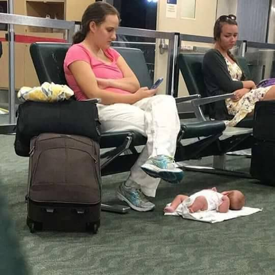 Skrytykowali matkę za położenie dziecka na podłodze lotniska. Ona wcale nie zrobiła tego bez powodu