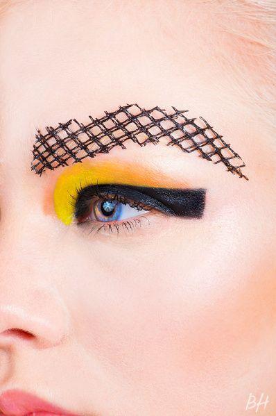 16 trendów w stylizacji brwi, które wzbudzają kontrowersje. Użycie czarnej kredki już tak nie szokuje