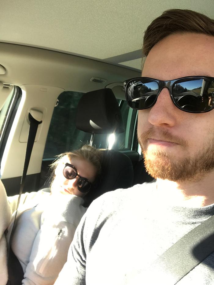 Zasypiała tuż po rozpoczęciu podróży samochodem. Mąż za każdym razem robił jej zdjęcie